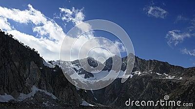 Timelapse de nubes en cumbres en la cadena de montañas de los Pirineos en primavera Vista del pico de Trois el Conseillers almacen de video