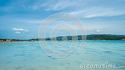 Timelapse de paysage marin avec Crystal Clear Turquoise Water chez Sunny Day Compartiment tropical d'île clips vidéos