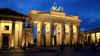 Timelapse del atardecer en la Puerta de Brandenburgo Tor Brandenburg en Berlín almacen de video