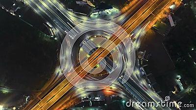 Timelapse del traffico cittadino di notte sulla rotonda del cerchio dell'intersezione della via di arresto di 4 modi a Bangkok, T stock footage