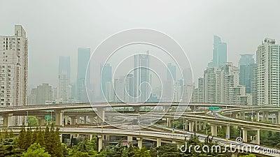 Timelapse des beschäftigten Verkehrs über Überführung in der modernen Stadt, Shanghai, China stock footage