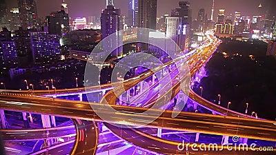 Timelapse des beschäftigten Verkehrs über Überführung in der modernen Stadt, Shanghai, China stock video