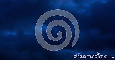 Timelapse di nuvole blu scuro sfondo del cielo con minuscoli strati cirri nubi striate con luna di notte tempo atmosferico archivi video