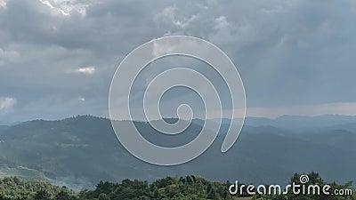 Timelapse di tempo cambiante sopra il terreno della collina con le nuvole ed i fasci commoventi del sole stock footage