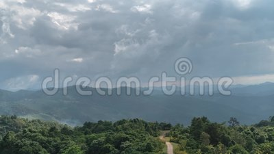 Timelapse di tempo cambiante sopra il terreno della collina con le nuvole ed i fasci commoventi del sole video d archivio