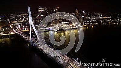Timelapse do tráfego de carro em Erasmus Bridge na noite Rotterdam video estoque