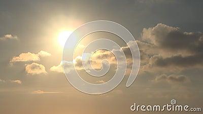 Timelapse Dramatischer Sonnenuntergang mit Wolken auf dem Himmel, Wolkenkratzer in bewölkter Umgebung, Zeitraffer stock video footage