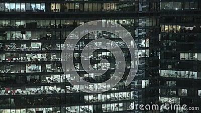 Timelapse-Fassade geschossen von der Fassade des Wolkenkratzers s im Stadtzentrum Zugeschlossen hinunter Nachtaufnahme stock footage