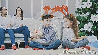 Timelapse 4k视频中,姐妹和兄弟相互偷取礼物,看起来充满敌意,皱眉 股票视频