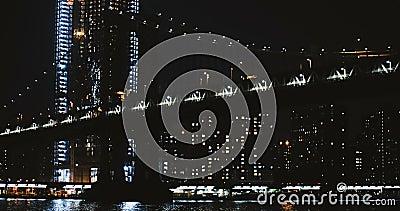 Timelapse 4K New York de pont de Manhattan de nuit Vue d'angle faible de rendement de structure de câble de suspension Point de r banque de vidéos