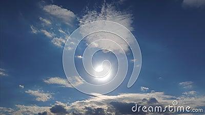 Timelapse 4k słońce błyszczy nad chmury w niebieskim niebie Zadziwiający cloudscape słońce promieni pięknie przebijać zbiory