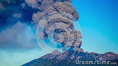 timelapse 4K Vulcão de Raung das erupções, ascendente próximo da câmera East Java, Indonésia - 25 de julho de 2015 filme