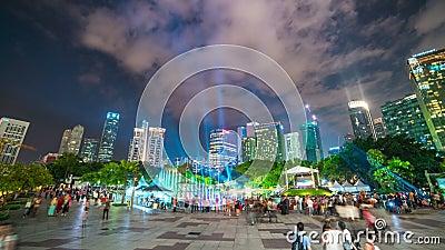 Timelapse laser-show på springbrunnen nära de Petronas tvillingbröderna i Kuala Lumpur, Malaysia Augusti 2017 arkivfilmer