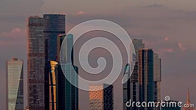 Timelapse - Moderne hohe Gebäude, Wolkenkratzer abends gegen den Himmel, dunkel stock video