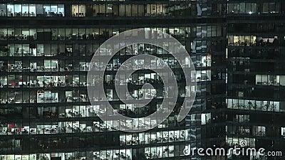 Timelapse nah schoss oben von der Fassade des Wolkenkratzers s im Stadtzentrum Zugeschlossen hinunter Nachtaufnahme stock video footage
