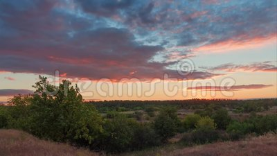 Timelapse nublado brillante de la puesta del sol del paisaje colorido de la estepa metrajes