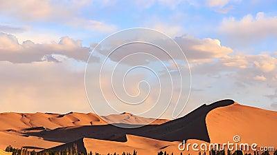 Timelapse, por do sol acima das dunas do deserto de Gobi em Dunhuang video estoque