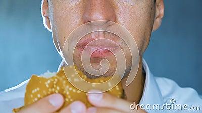 Timelapse van de mens die een hamburger, close-up eten Snel voedsel Cheeseburger, hamburger, sandwich stock footage