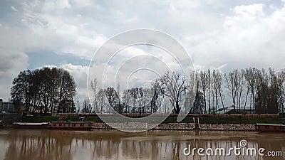 Timelapse van Jehlum-Rivier in Srinagar Kashmir stock footage