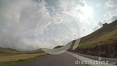 Timelapse veloce POV di condurre automobile sulla curva dell'itinerario con le colline ed il cielo nuvoloso su un toppov della mo stock footage