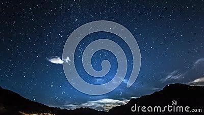 Timelapsesterren en maan in de hemel van de bergnacht moonrise