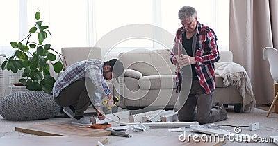 Timmerlieden die thuis werken stock videobeelden