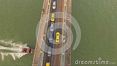 Tir aérien étonnant du trafic de voiture dans un pont de ville clips vidéos