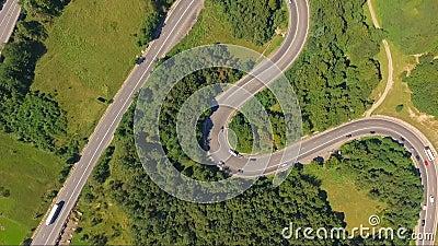 Tir aérien étonnant du trafic de voiture sur la route de serpentine de forêt banque de vidéos