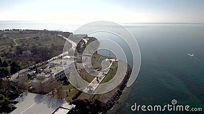 Tir aérien d'une route près d'un littoral, d'un mouvement de Kalamaria Salonique, de la Grèce, ascendant et circulaire par le bou banque de vidéos