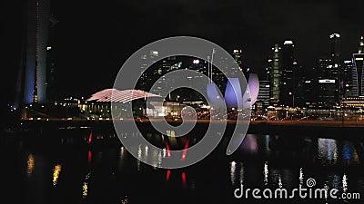 Tir aérien de Benjamin Sheares Bridge et de Marina Bay Area à Singapour dans le crépuscule Vue de bourdon 1920x1080 banque de vidéos