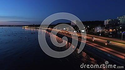 Tir aérien de scène avec conduire des voitures sur la route de littoral la nuit banque de vidéos