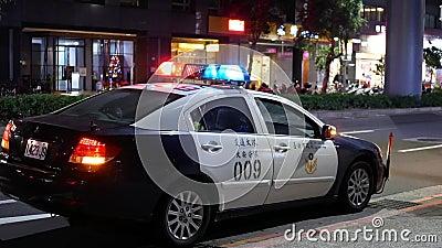 Tir extérieur de nuit des lumières rouges et bleues de secours de la voiture de police