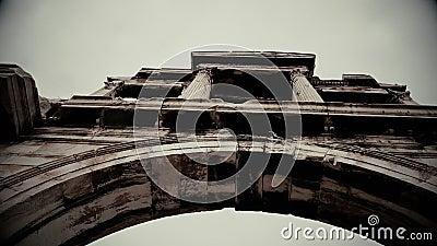 Tir noir et blanc de la voûte de Hadrian dans le vieux film documentaire Athènes, Grèce banque de vidéos