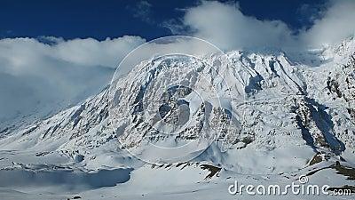 Tir panoramique de secteur de lac Tilicho et de hautes montagnes neigeuses et glaciales autour Hausse et trekking au Népal, voyag banque de vidéos