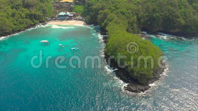 Tir a?rien d'une plage bleue fantastique de lagune sur l'?le de Bali avec une eau bleue clair comme de l'eau de roche et un sable banque de vidéos