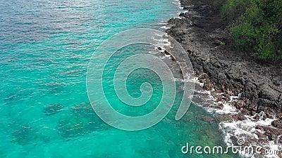 Tir a?rien d'une plage bleue fantastique de lagune sur l'?le de Bali avec une eau bleue clair comme de l'eau de roche et un sable clips vidéos