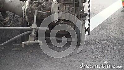 Tirando uma linha de uma marcação de estrada pela pintura vídeos de arquivo