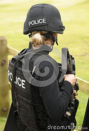 Tireur d élite féminin de SWAT Image stock éditorial
