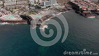 Tiro aéreo Cidade do turista com muitos hotéis e associações nas costas do Oceano Atlântico As ondas bateram o vulcânico filme