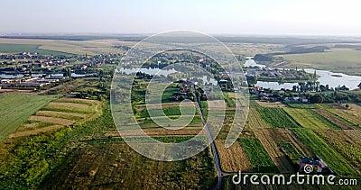 Tiro aéreo de campos con los diversos tipos de agricultura farming Tiro aéreo de las tierras de labrantío Tiro aéreo de agrícola almacen de video