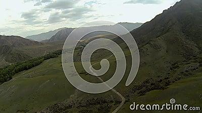 Tiro aéreo do vale da montanha filme