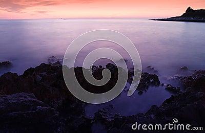 Tiro longo do mar da noite da exposição