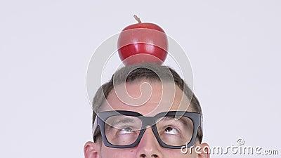 Tiro principal del primer del hombre del empollón con la manzana en la cabeza metrajes