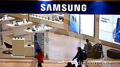 Tiro superior da compra do cliente na loja de Samsung vídeos de arquivo