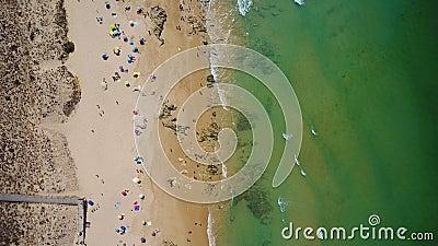 Tiro video aéreo do zangão, praia do vendaval, cidade de Albufeira video estoque