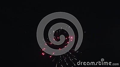 Tiros coloreados multi de estallido de fuegos artificiales en cielo nocturno Explote iluminaciones glowing flash metrajes