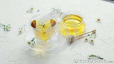Tisana e barattolo di miele