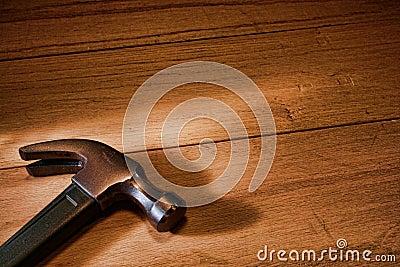 Tischler-Greifer-Hammer auf hölzernen Vorständen