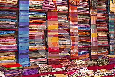Tissus color s vendre sur un march au maroc image libre de droits image - Tissus bohemes colores ...