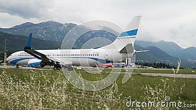 TIVAT, MONTENEGRO - 26 DE MAYO DE 2019: Traslado del avión de pasajeros en la pista del aeropuerto lento almacen de metraje de vídeo